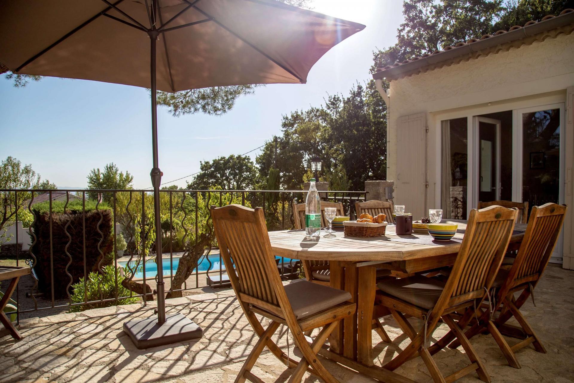 Terrasse vue sur piscine et jardin villa 4 chambres Isle sur Sorgue